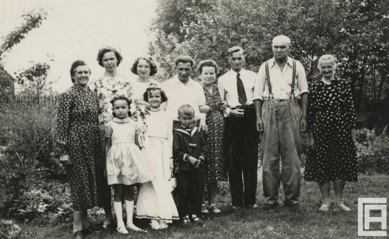 portret rodzinny przedstawiający dorosłych ludzi z dziećmi