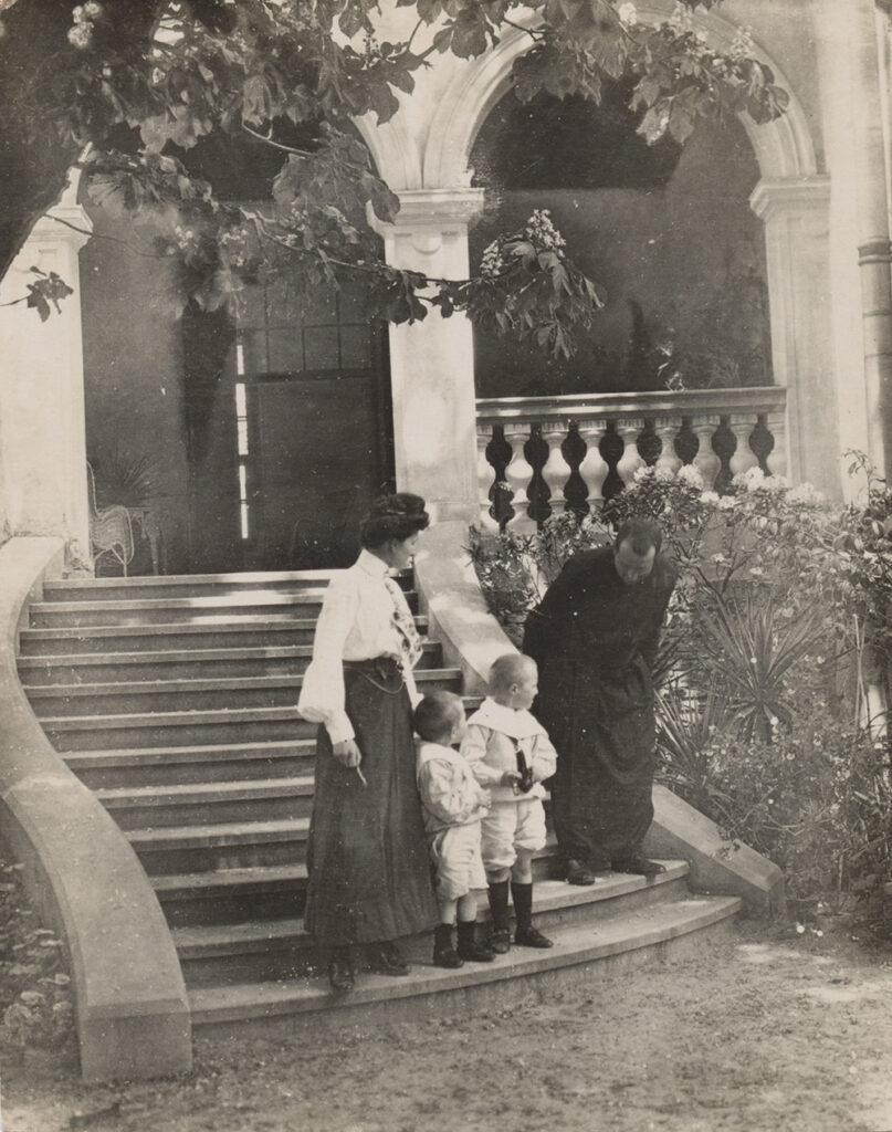 Na schodach pałacu w Płazie – od lewej Maria Starzeńska i jej synowie
