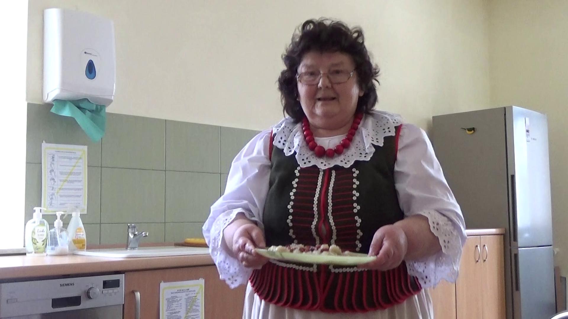 """Płaziańskie gawędy """"Przy Kominie"""" – Kluski z tartych ziemniaków w wykonaniu pani Stanisławy Grelak"""